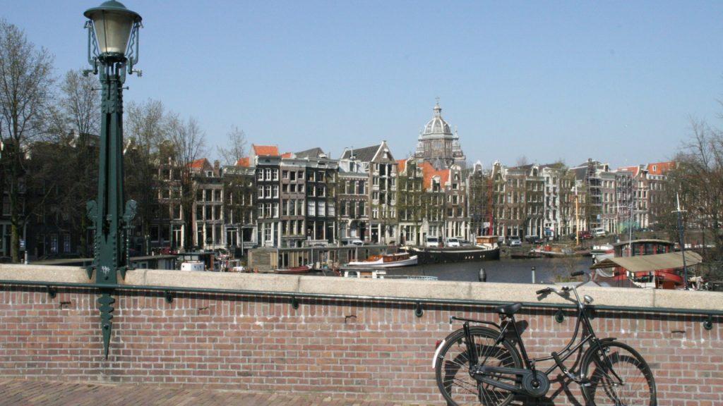 Brücke über den Oude Waal in Amsterdam