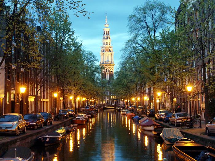 Abendstimmung am Groenburgwal mit Blick auf den Turm der Südkirche.