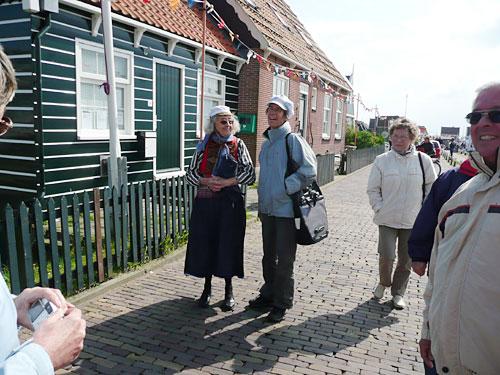 Begegnung mit einer Einwohnerin Markens in Kleidertracht.